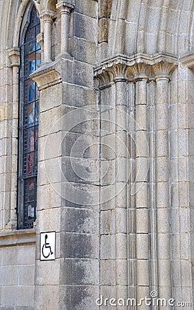 La parte della parete della chiesa con incide