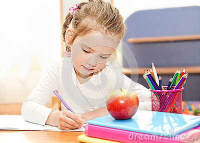 la petite fille crit au bureau dans l 39 cole maternelle photo stock image 39551542. Black Bedroom Furniture Sets. Home Design Ideas