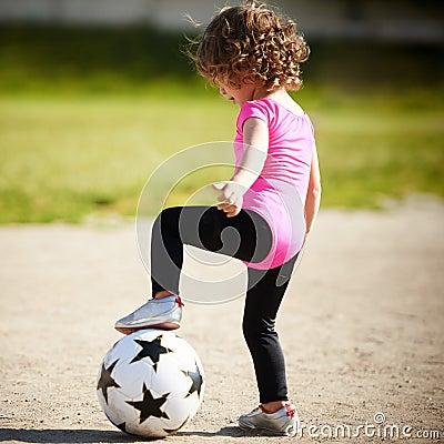 La petite fille mignonne joue au football photo stock - Fille joue au foot ...