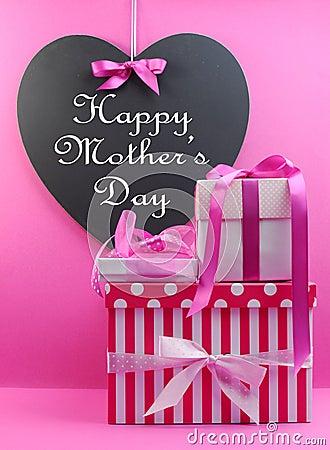 La pile du beau rose présente avec le message heureux de jour de mères