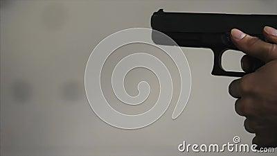 La pistola è primo piano del colpo Primo piano disponibile della pistola Pistola che è sparata volte 1 L'uomo spara una pistola n video d archivio