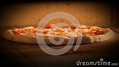 La pizza italiana dell'alimento di video mozzarela di margherita del forno della pizza, prosciutto si espande rapidamente olive archivi video