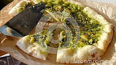 La pizza végétarienne servie à côté de la serviette de la truelle se trouve sur du papier