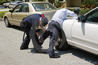 La policía acaricia abajo
