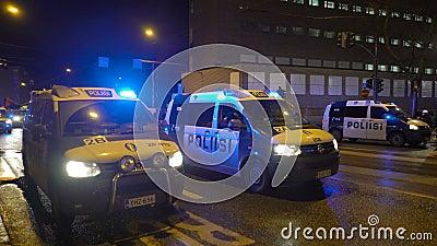 La polizia mantiene l'ordine durante la marcia di Antifa e la manifestazione dei nazionalisti di estrema destra in occasione dell video d archivio