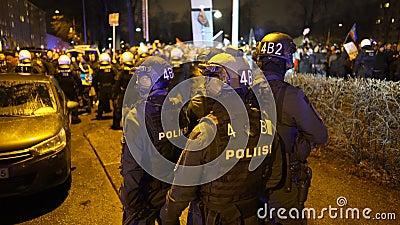 La polizia mantiene l'ordine durante la marcia di Antifa e la manifestazione dei nazionalisti di estrema destra in occasione dell stock footage