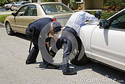 La polizia picchietta giù