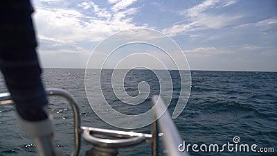 La proue d'un yacht naviguant dans la mer banque de vidéos