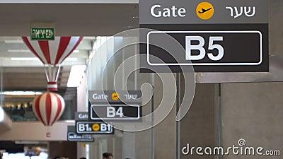 La puerta del aeropuerto firma adentro fila almacen de video