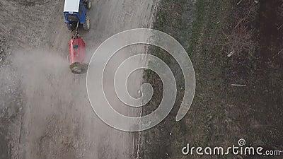La pulverización de tractores es cara almacen de metraje de vídeo