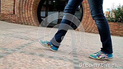 La ragazza alta e con le gambe lunghe passa attraverso la città 3 stock footage