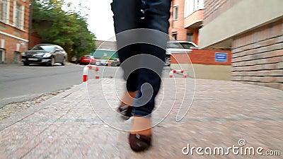La ragazza alta e con le gambe lunghe passa attraverso la città 6 stock footage