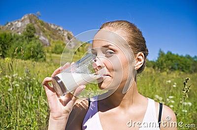 La ragazza beve il latte.