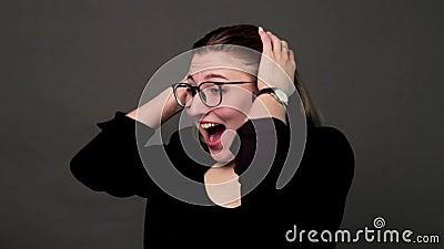 La ragazza con gli occhiali mostra una gioia video d archivio