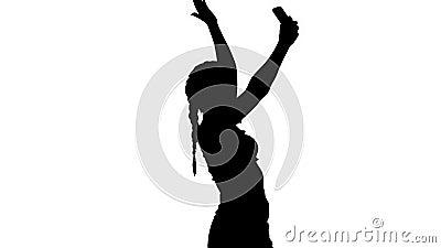 La ragazza di Silhouette Cute brunette si fa un selfie e danza video d archivio