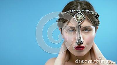 La ragazza indossa una perla nera di agato con un pendante a forma di cuore stock footage