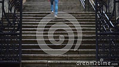 La ragazza scala le scale nella città video d archivio
