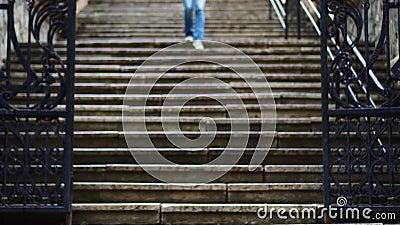 La ragazza scala le scale nella città stock footage