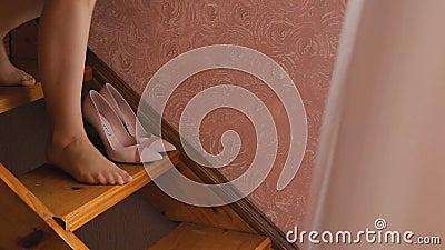 La ragazza scende le scale video d archivio