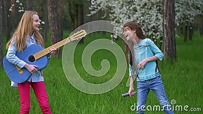 La représentation d'imitation de musicien de bruit dans amies heureuses de Forest Park les petites dupent autour la danse et chan clips vidéos