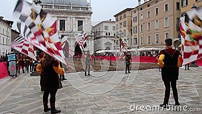 la représentation de Drapeau-porteurs aux festivités traditionnelles de Caterina Cornaro vient à Brescia, Lombardie, Italie banque de vidéos