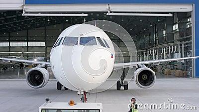 La riparazione dei motori e della fusoliera di manutenzione dell'aereo passeggeri lascia il capannone dell'aeroporto Airbus per m stock footage