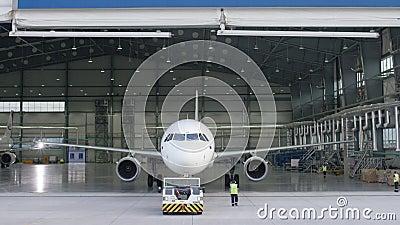 La riparazione dei motori e della fusoliera di manutenzione dell'aereo passeggeri lascia il capannone dell'aeroporto Airbus per m archivi video