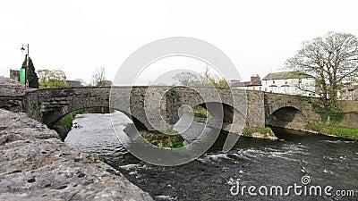 La rivière Kent dans Kendal, Cumbria, Angleterre banque de vidéos