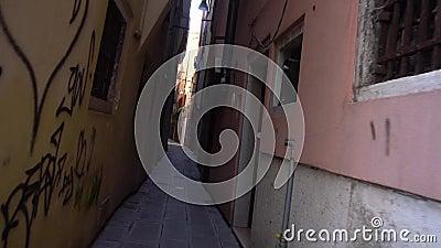 La ruelle sombre des rues de Venise banque de vidéos