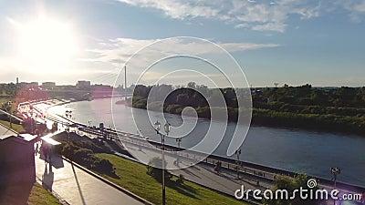 La Russie, Tyumen - 21 juin 2018 : Vue étonnante de TIMELAPSE du beau bord de mer de ville au coucher du soleil banque de vidéos