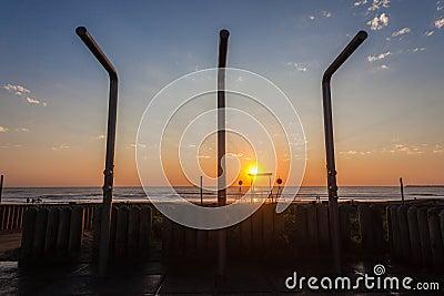 La salida del sol del océano de la playa riega el agua
