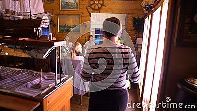 La serveuse introduit le plat de finition de la cuisine dans le hall banque de vidéos