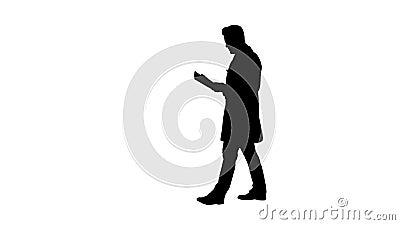 La silhouette a concentr? la documentation de lecture de m?decin tout en marchant clips vidéos