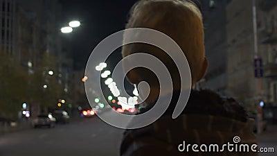 La situación perdida del niño solamente en la calle, policía patrulla la búsqueda para el niño desaparecido almacen de video