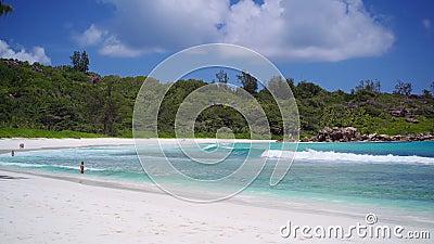 La spiaggia di Anse Coco a La Digue, Seychelles Nuoto turistico non riconosciuto nella laguna blu dell'oceano poco profonda Onde  video d archivio