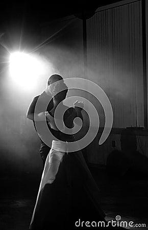 La sposa e lo sposo in primo luogo ballano