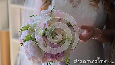La sposa sta ammirando il bellissimo bouquet nuziale video d archivio
