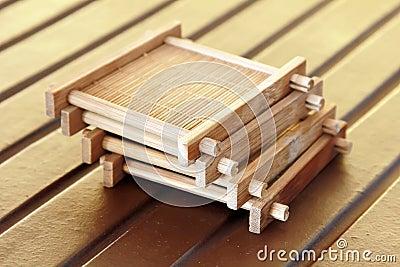 La taza de té material de bambú se sienta