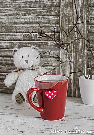 Tazza di tè con una bustina di tè casalinga con i cuori di carta ...