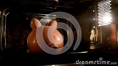 La tirelire fait cuire au four dans la micro-onde Soutien de l'argent, dépense d'argent sur des appareils banque de vidéos