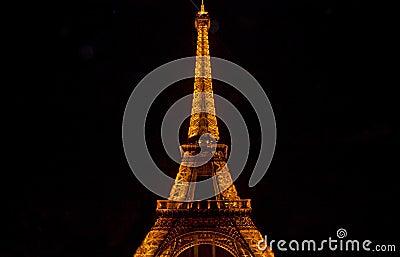 La torre Eiffel en París por noche Imagen de archivo editorial