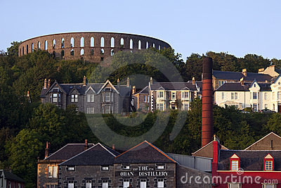 La tour de McCraig et la distillerie d Oban - Ecosse Photo stock éditorial