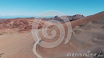La traînée au pied du volcan au milieu du désert, vue à partir du dessus T?n?rife, Espagne banque de vidéos