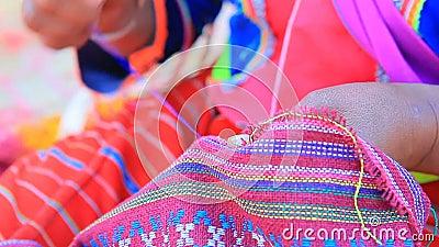 La tribu domestique thaïlandaise de la colline dara-ANG dans le chiangmai du nord de la Thaïlande font un métier de main d'habill clips vidéos