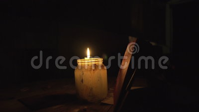La vela en una tabla en el banco se enciende en la noche almacen de video