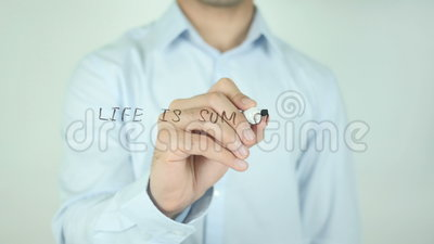 La vida es suma de todas sus opciones, escribiendo en la pantalla transparente