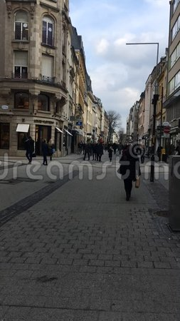 La ville du Luxembourg, les gens marchant le long de la rue grande de rue au centre de la ville banque de vidéos
