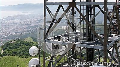 La vista aerea delle telecomunicazioni si eleva antenne e paesaggio urbano nei precedenti stock footage