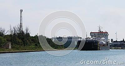 la vista di 4K UltraHD del cargo si muove attraverso Welland Canal, Canada archivi video