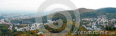 La vista panoramica di Karlovy varia in autunno